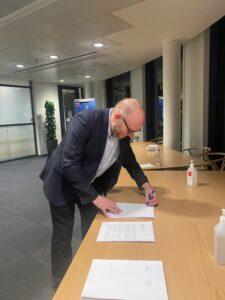 Lars Qvistgaard underskriver aftalen